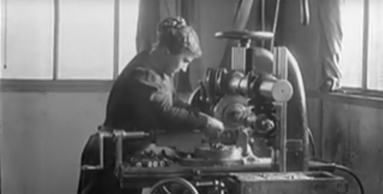 Bannière La main d'œuvre féminine dans les usines de guerre