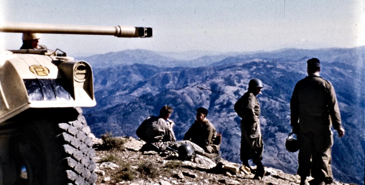 Bannière Algérie, des soldats à la caméra, diffusion tv le 25 mars