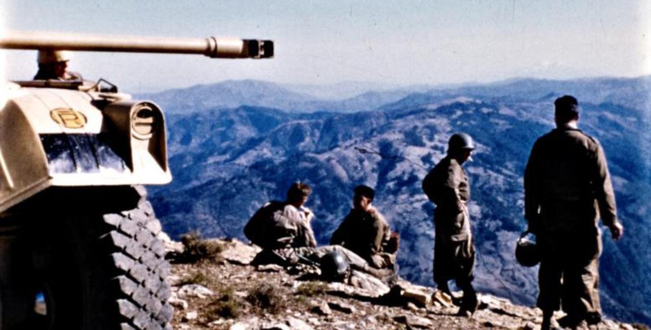 Bannière Algérie,des soldats à la camera