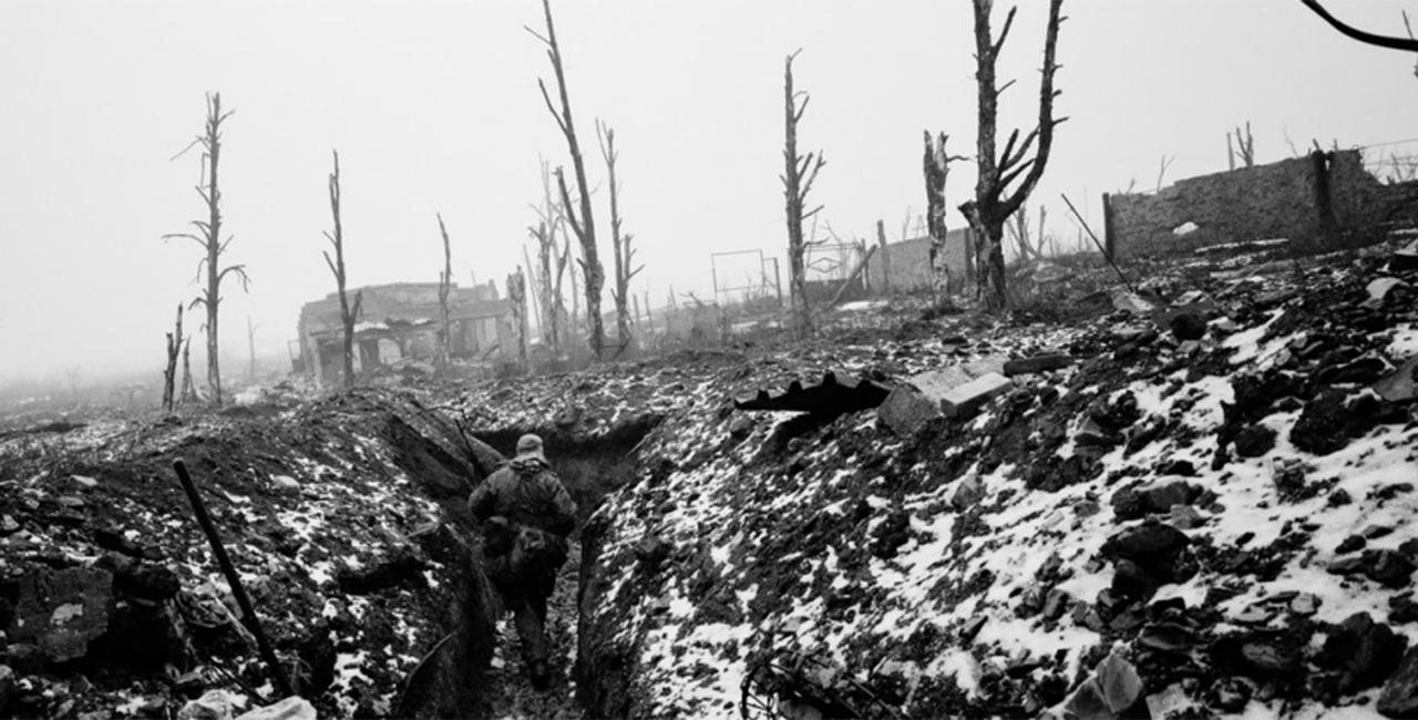 Bannière Table ronde en présence du photojournaliste Édouard Elias et des commissaires de l'exposition Derrière les images. Photographier la guerre